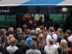 Tien passagiers in de bus